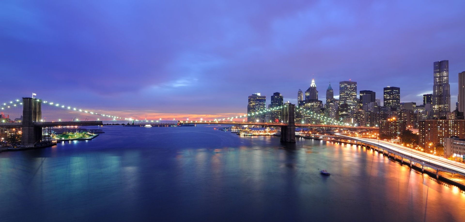 Skyline of Manhattan and Brooklyn Bridge